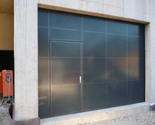 Schiebetor mit Fassadenplatten