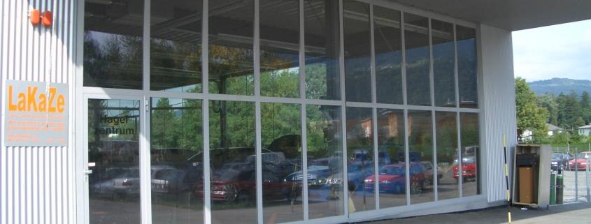 Schiebetor mit raumhoher Glaskonstruktion